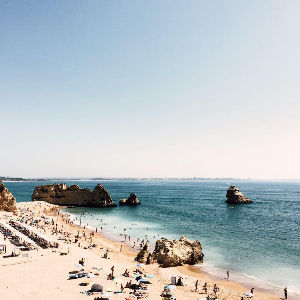 Plage de la région de Faro au Portugal